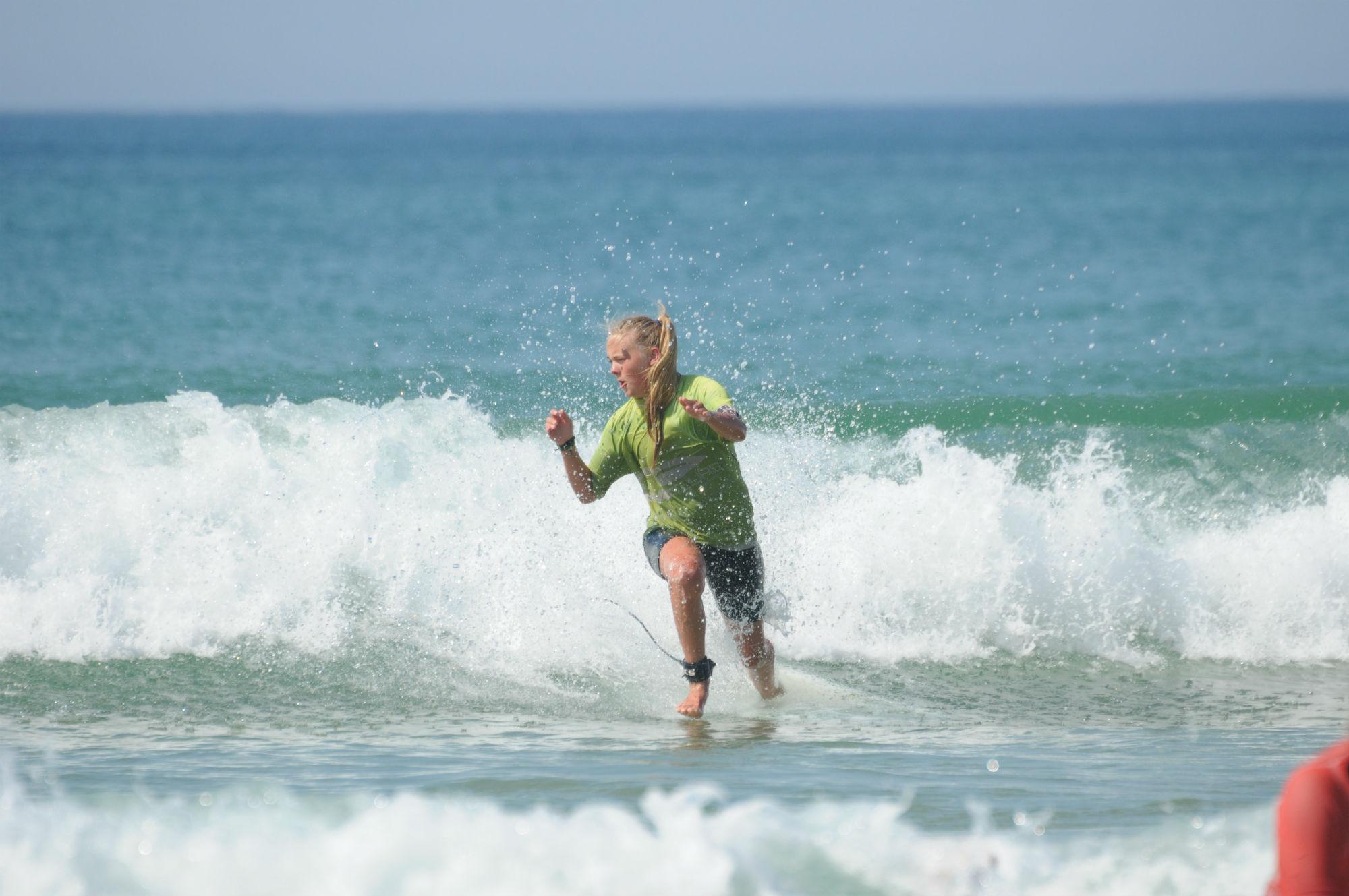 Ramona Liebscher schafft es, auch ohne Surfboard über das Wasser zu laufen.