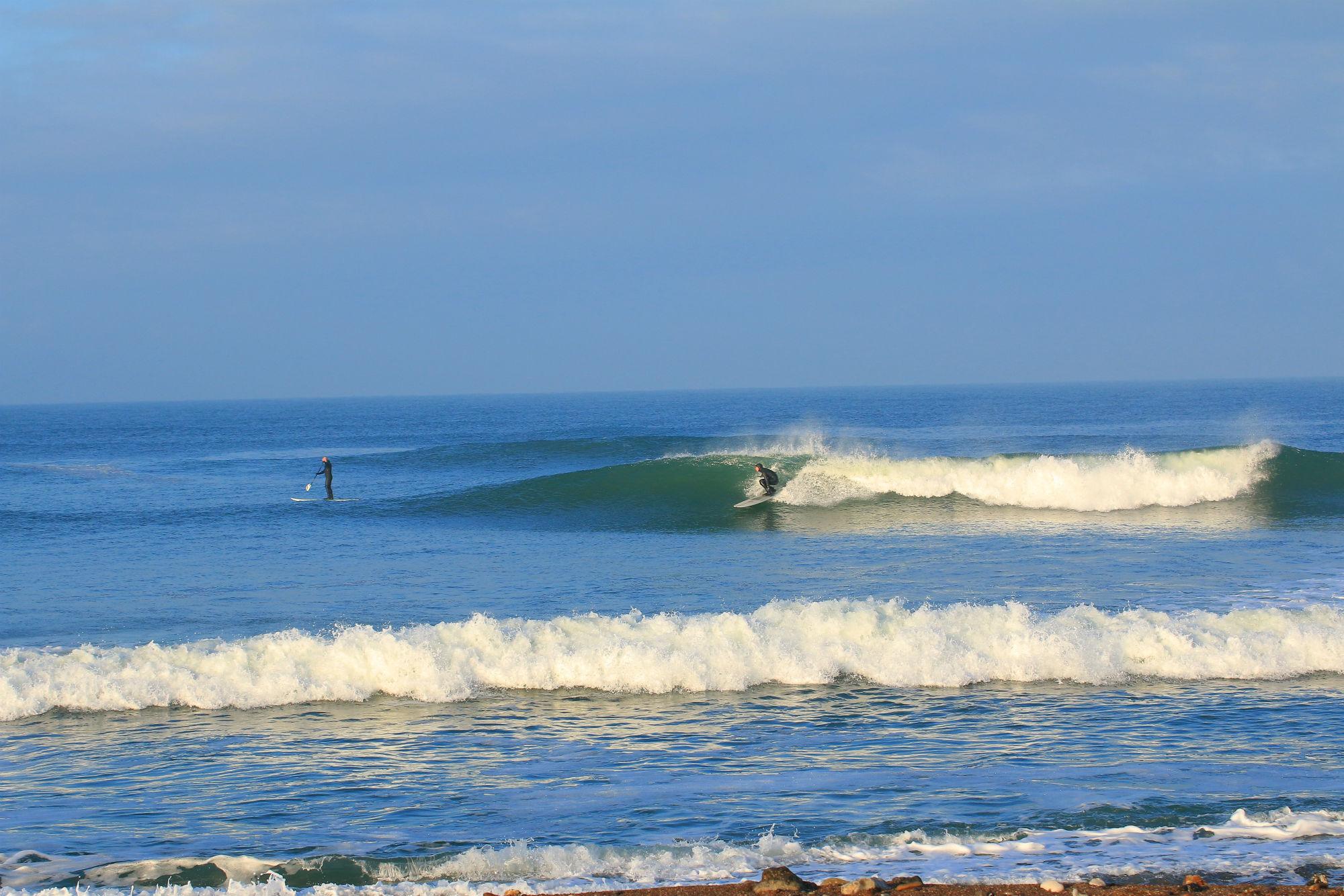 Tobias Seemeier beim Surfen in Dänemark – bei 3 Grad Wassertemperatur.