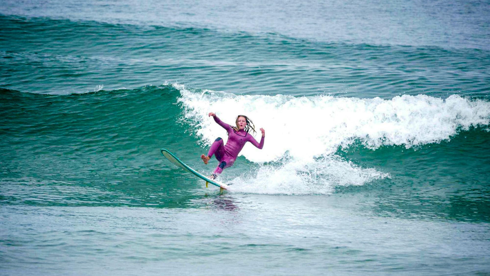 Julia Schucht stürzt auf ihrer Welle, aber wer oft stürzt, macht auch Fortschritte.