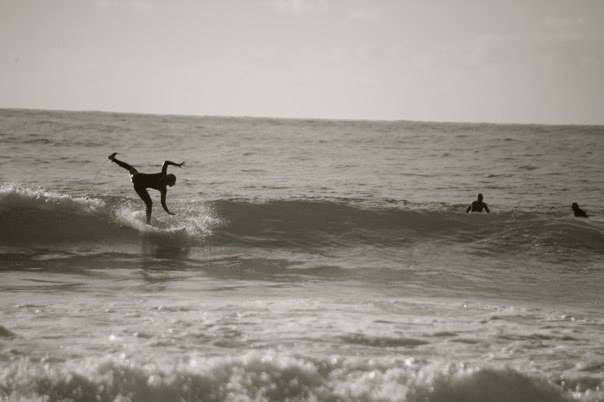 Doris Then surft beziehungsweise versucht es.
