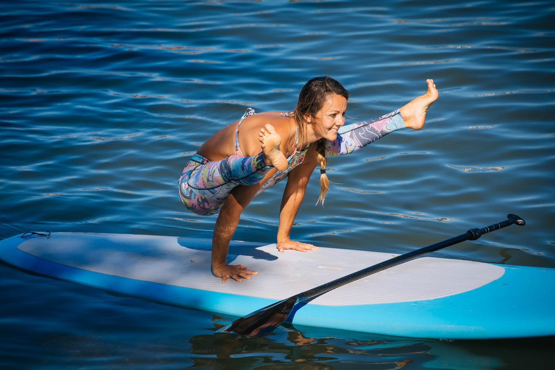 Caroline morgens beim Yoga auf dem See..