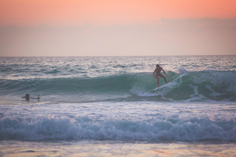 Caroline bei einer Sunset Surf Session