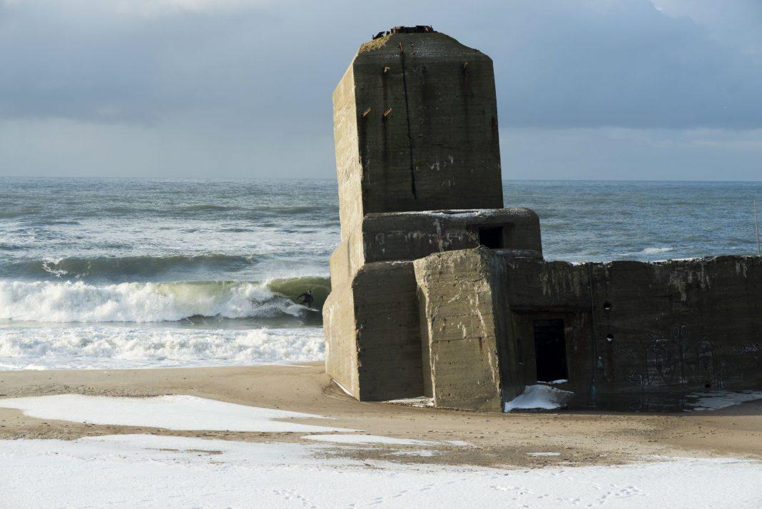 Ein eisiger Wintertag in Dänemark und Surfer Jonas Bronnert trotzt Temperaturen von minus 20 Grad.