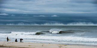 Hurrikan Joaquin trifft in Form von Wellen auf die Küste vor new York.