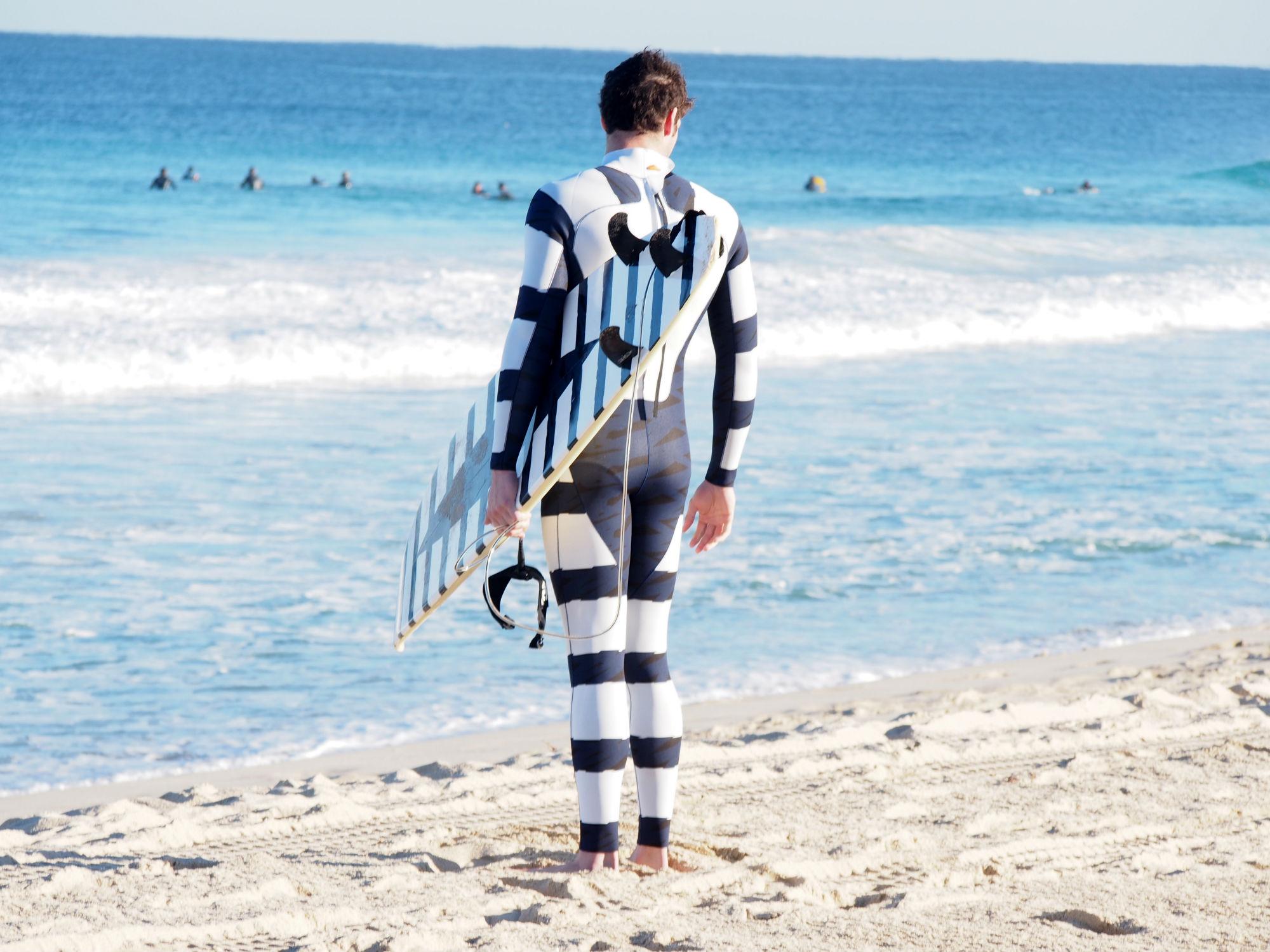 Dieser schwarz-weiß gestreifte Anzug soll angeblich Haien Angst einjagen.