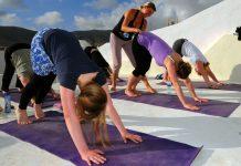 Bei Wavesisters steht neben Surfen auch Yoga ganz oben.
