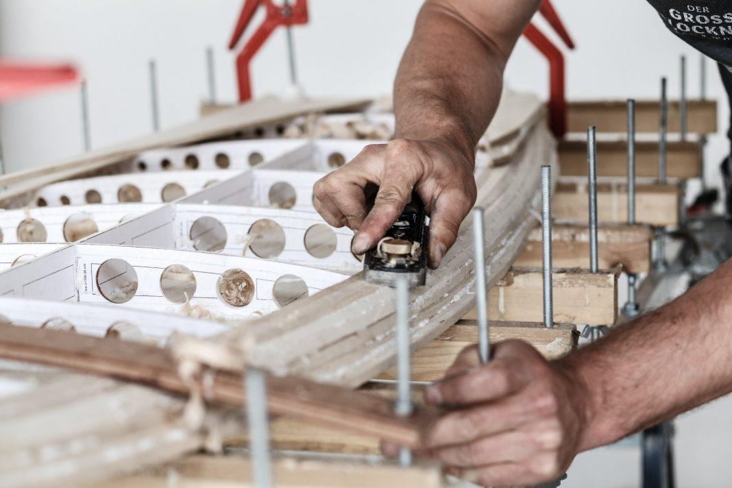 In den Workshops von Arbo Surfboards kann jeder sein eigenes Holz-Surfboard bauen.