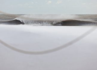 Ein unbekannter Surfer trotzt dem eiskalten Winter an der amerikanischen Ostküste.