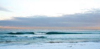 Kalt, aber perfekt laufen die Wellen an diesem Strand in Südnorwegen in die Bucht.