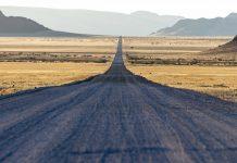 Eine scheinbar endlose Straße, die ins Nirgendwo führt – kein ungewöhnlicher Anblick in Namibia.