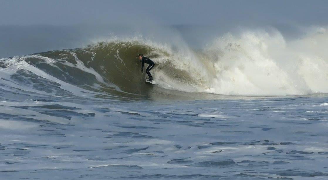 Unter seinen Füßen hat Mor ein Board seiner Marke Columbus Surfboards. Das Geheimnis ist ein Glassing der Boards, das auf die Wassertemperatur abgestimmt ist.