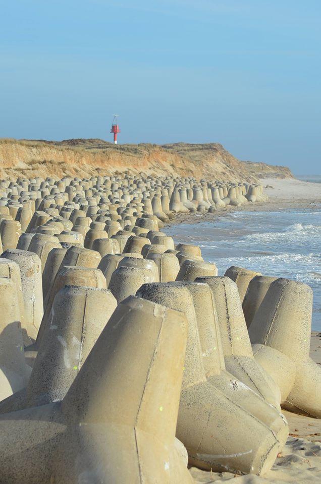 Tonnenschwere Tetrapoden aus Beton sollen die Küste befestigen. Foto: Karsten Kossowski