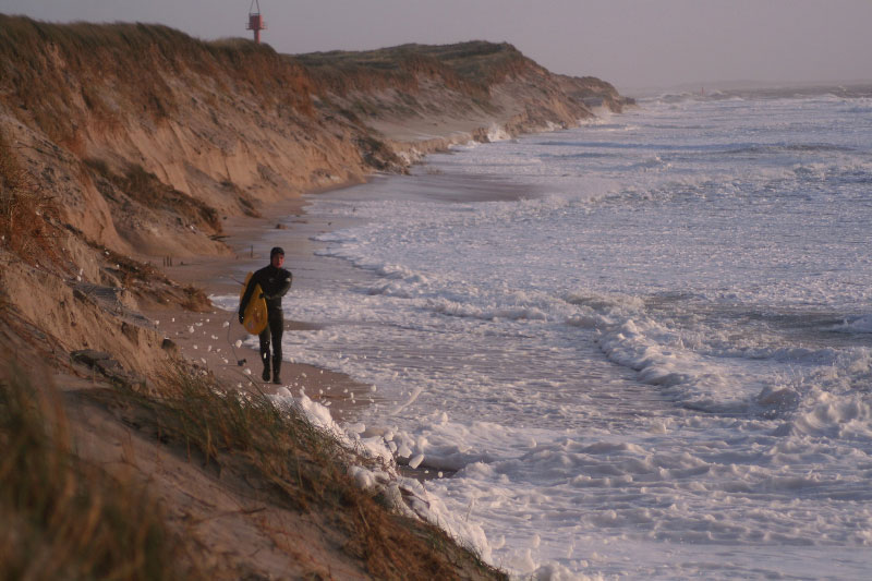 Ein Bild aus der guten alten Zeit, als Lars noch an der Odde im Süden der Insel surfte. Der Leuchturm im Hintergrund ist jetzt auch nicht mehr vorhanden, da schwappt jetzt die Nordsee.