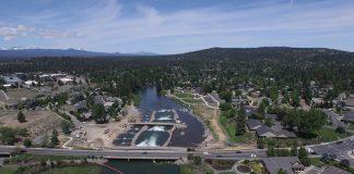 Die Brücke im Vordergrund war der Stein des Anstoßes, der nach zehn Jahren des Verhandelns, Planens und Bauens schließlich zu einer Flusswelle führte.