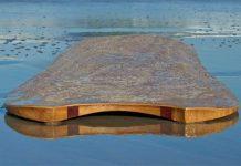 Normale Alaias bestehen einfach aus einem Holzbrett, das in Form gebracht und eingeölt wurde. Eine geradezu steinzeitlich anmutende Technik im Vergleich mit diesem Alaia aus Chad Richmonds Händen.