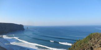In der Bucht von Arrifana bricht so gut wie immer eine Welle.
