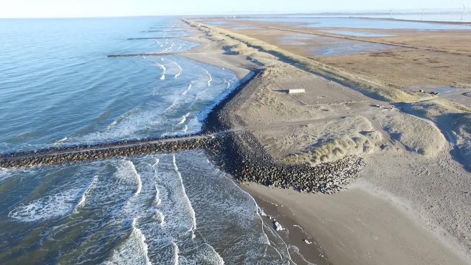 Ungerittene Wellen soweit das Auge reicht. Verlockend? Nicht, wenn man weiß, dass hier eine Chemiefabrik ihren Giftmüll wenige Meter vom Meer entfernt vergräbt!