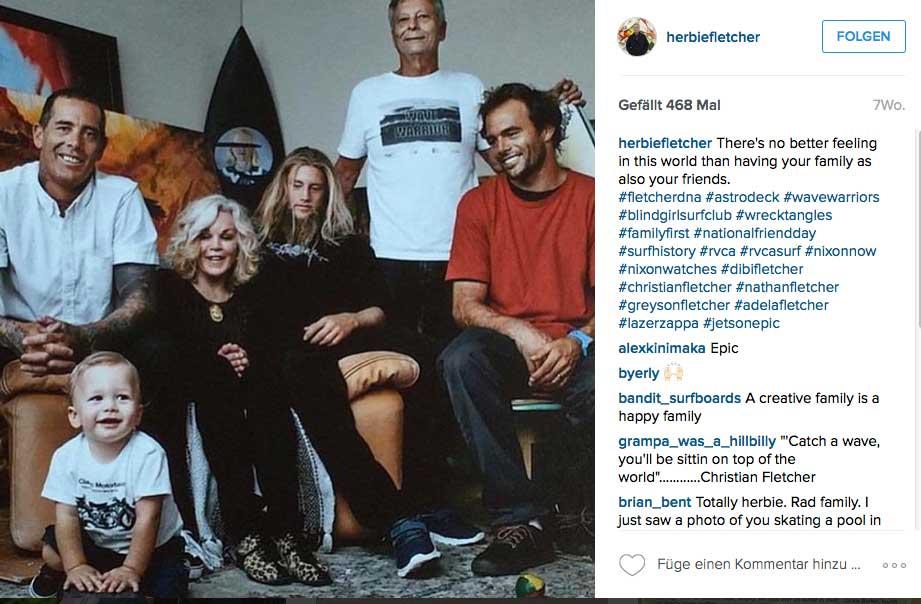 Der Fletcher-Clan mit Daddy Herbie im Hintergrund, seinen Söhnen Nathan und Christian (ebenfalls schon Surflegenden), Greyson (mit Bart), der eher auf Skateboards steht, Herbies Frau Dibi und Enkel Lazer ganz im Vordergrund.