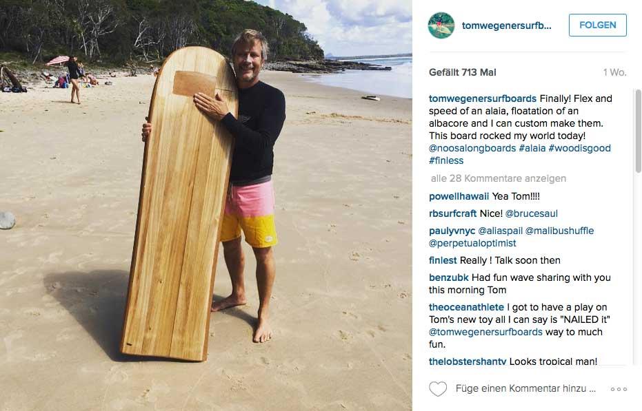 Tom Wegener mit einer seiner neuesten Kreationen aus Holz.