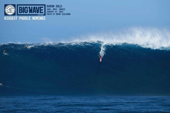 Aaron Gold auf der Welle, die mache als den größten Berg aus Wasser bezeichnen, der je angepaddelt wurde.