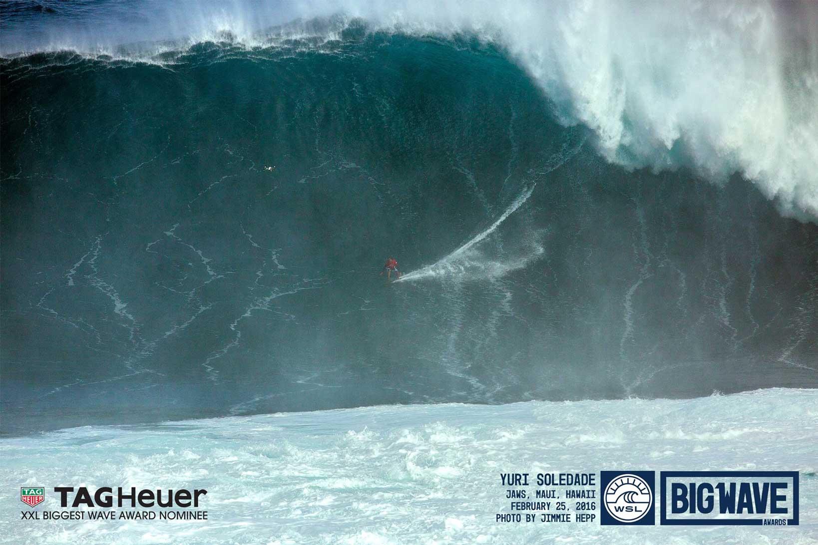Die größte gesurfte Welle des Jahres in Bild...