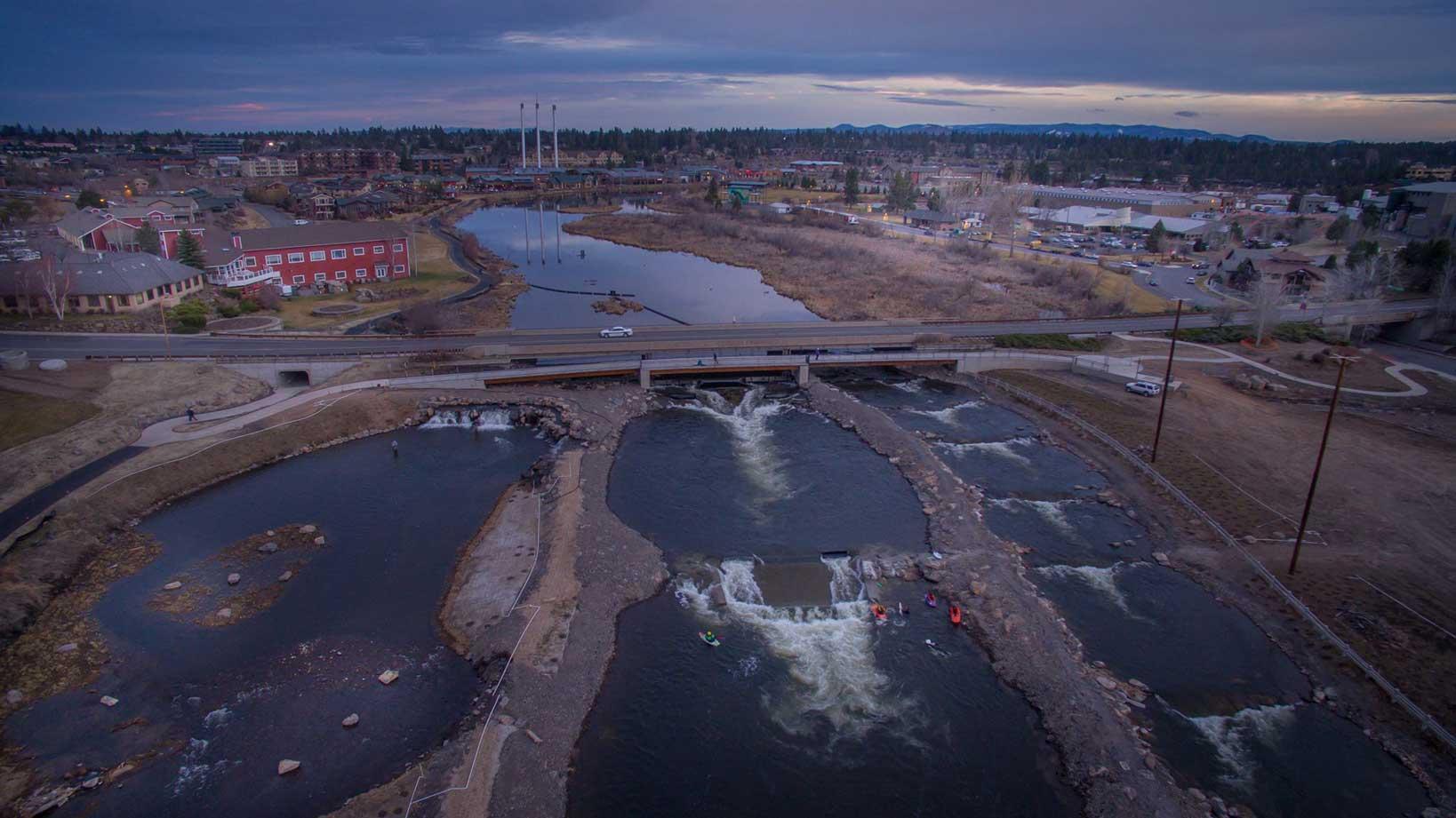 Das fertige Produkt. Ganz link der recht naturbelassene Fluss, in der Mitte ein der drei Flusswellen und ganz rechts der Kanal für Schlauchbotte und Paddler.