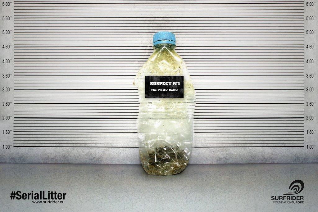 Am Strand dauert es etwa 450 Jahre bis sich so eine Plastikflasche zersetzt hat.