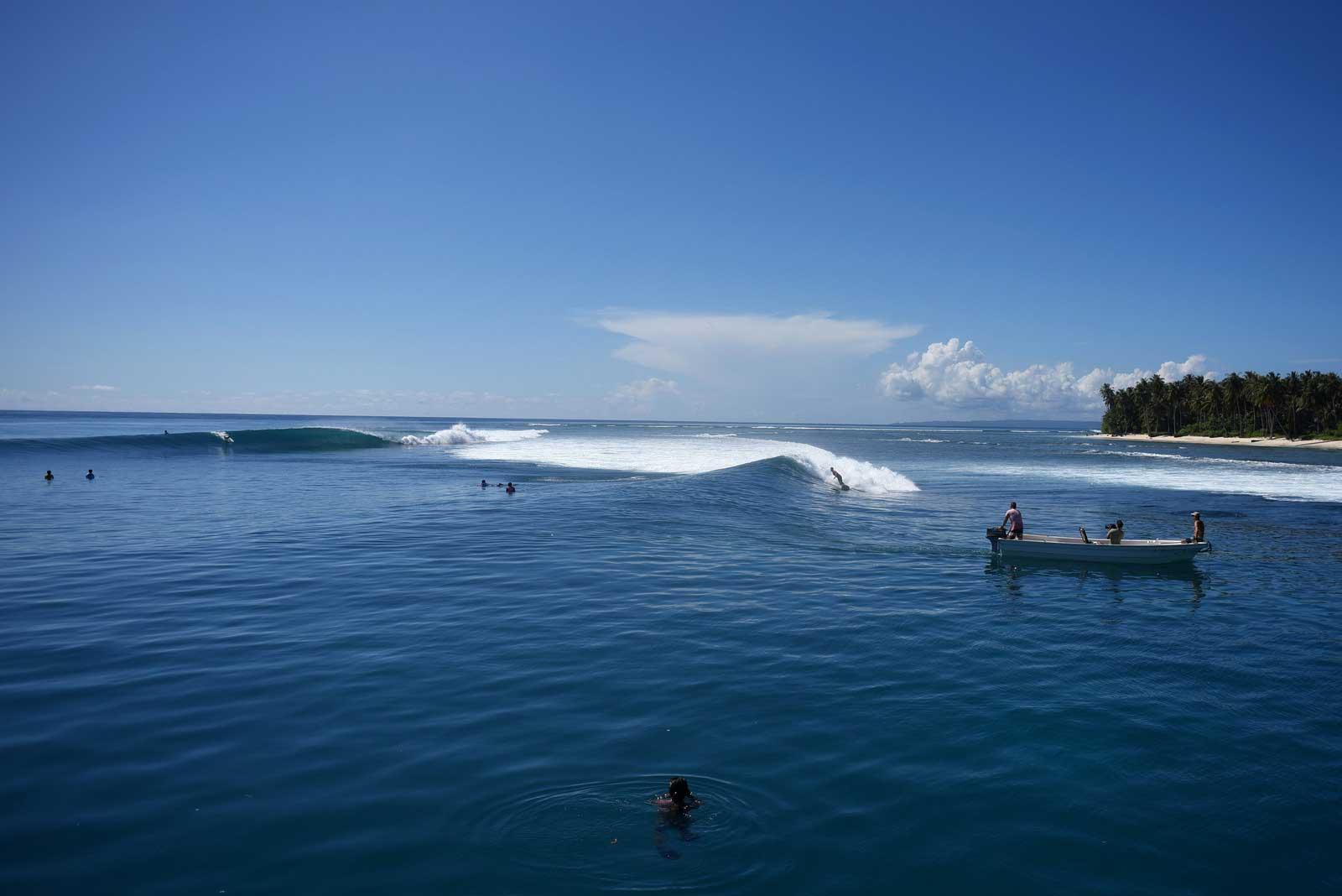 """Die Endsection der Welle trägt den Namen """"Surgeon's Table"""" aus gutem Grund: Etliche Surfer haben dort ihre Haut zurück gelassen."""