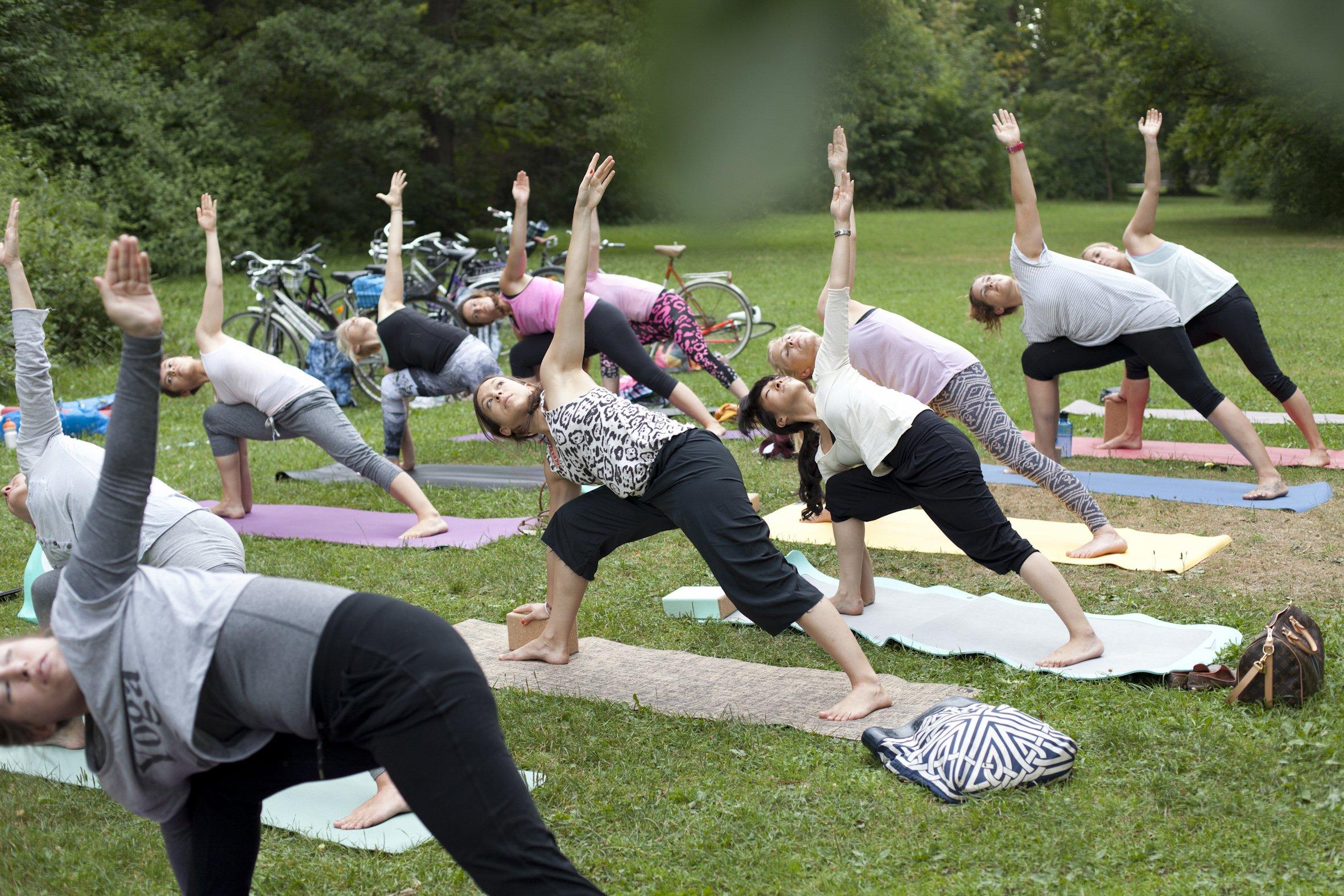 Neben Kraft- und Ausdauertraining steht beim Roxy Girls Surf Workout auch Yoga auf dem Programm.