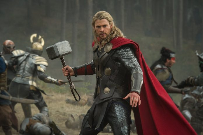 Thor samt seinem Hammer im Kino...