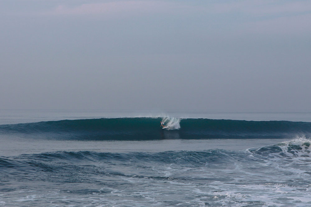 Die Welle bricht nicht über (meist toten) Korallen, wie in Uluwatu oder Bingin, sondern über einem Lavariff. Daher ist der Strand bei Keramas auch schwarz und nicht weiß, wie an der Westküste des Bukits. Credit: WSL