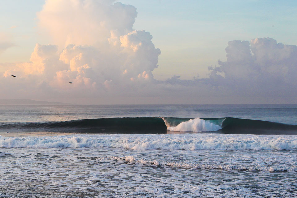 """Im Sommer herrschen morgens meist glassy Conditions, später kommt dann Onshore auf an der Ostküste Balis. Keramas bleibt aber auch dann noch surfbar. Nur die Crowds konzentrieren sich auf die ersten Stunden Tageslicht und machen den Spot teils """"ultracrowded"""". Credit: WSL"""
