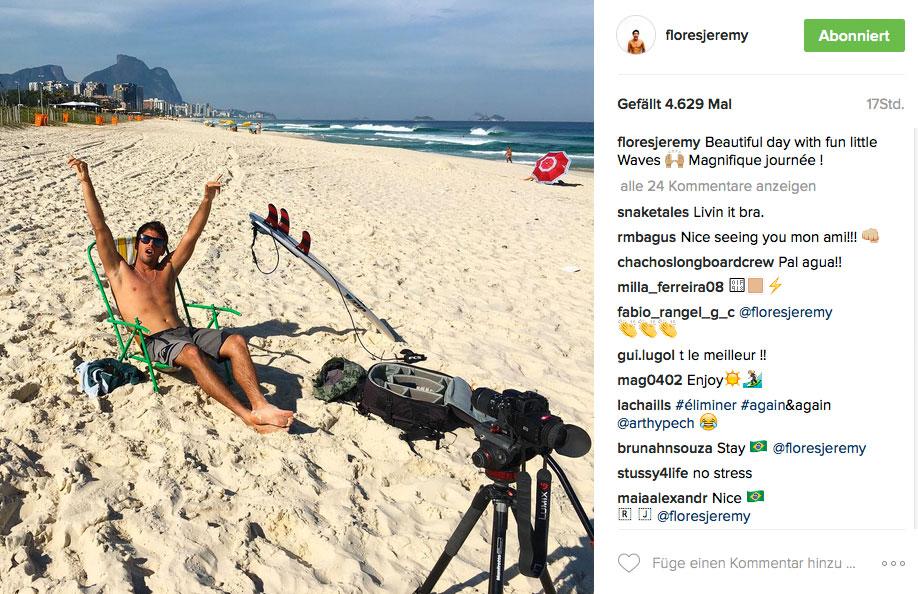 """Jeremy Flores hat Spaß, während der Contest """"off"""" ist und die Wellen im Hintergrund sehen echt nicht schlecht aus."""
