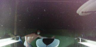 Robin Kegel von Gato Heroi beim Shapen eines Longboards - wohlgemerkt nur von Hand.