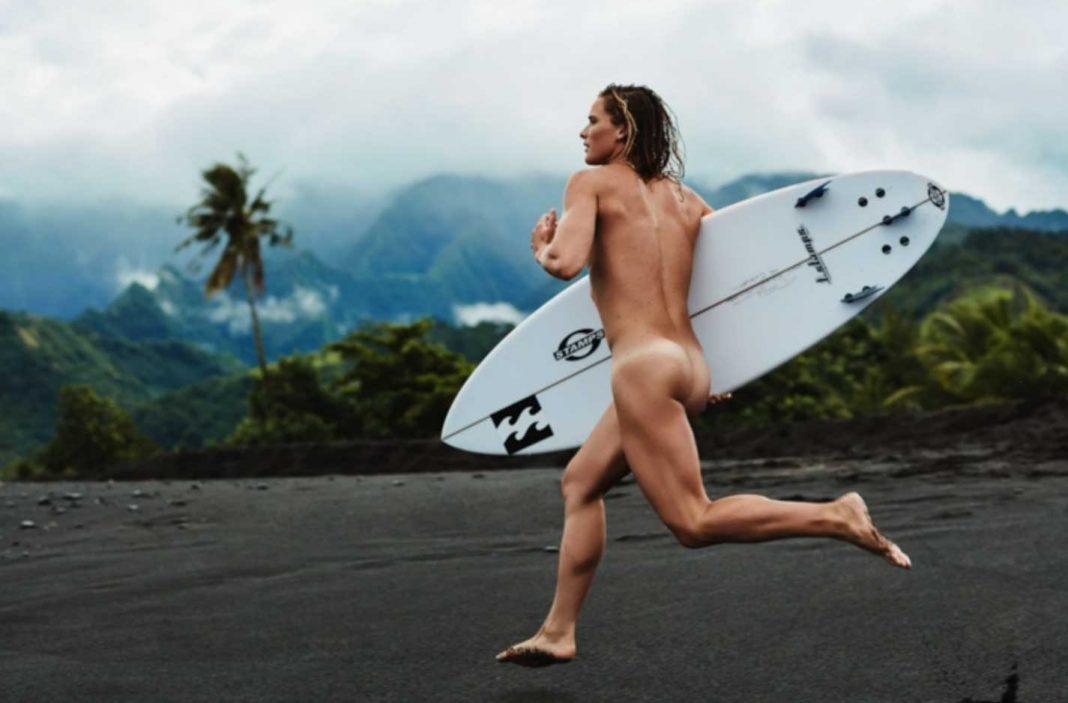 Während Courtney über den Strand rennt, sind hinter ihr ein Fotograf, zwei Beleuchter, ein Make-Up-Artist und ein Bademantelhalter her.