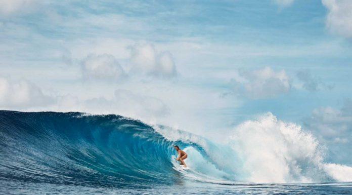 Was für eine Idylle: Ein einsamer LIneup, eine perfekte Welle und ein nackte Surferin.