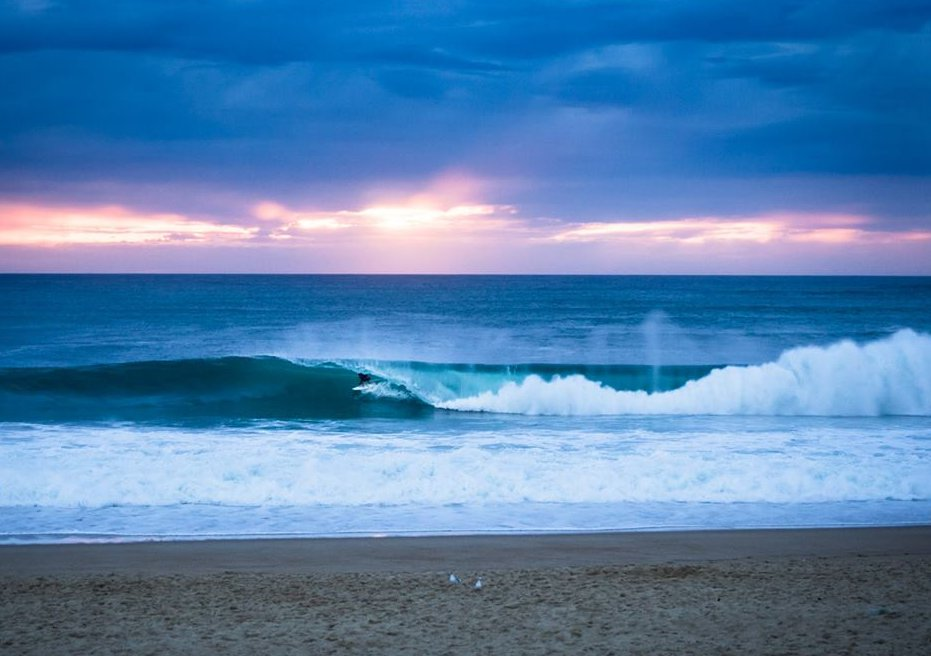 Die heutige Friday Evening Wave zeigt einen Surfer in einer Graviere-Barrel in Hossegor, Frankreich.