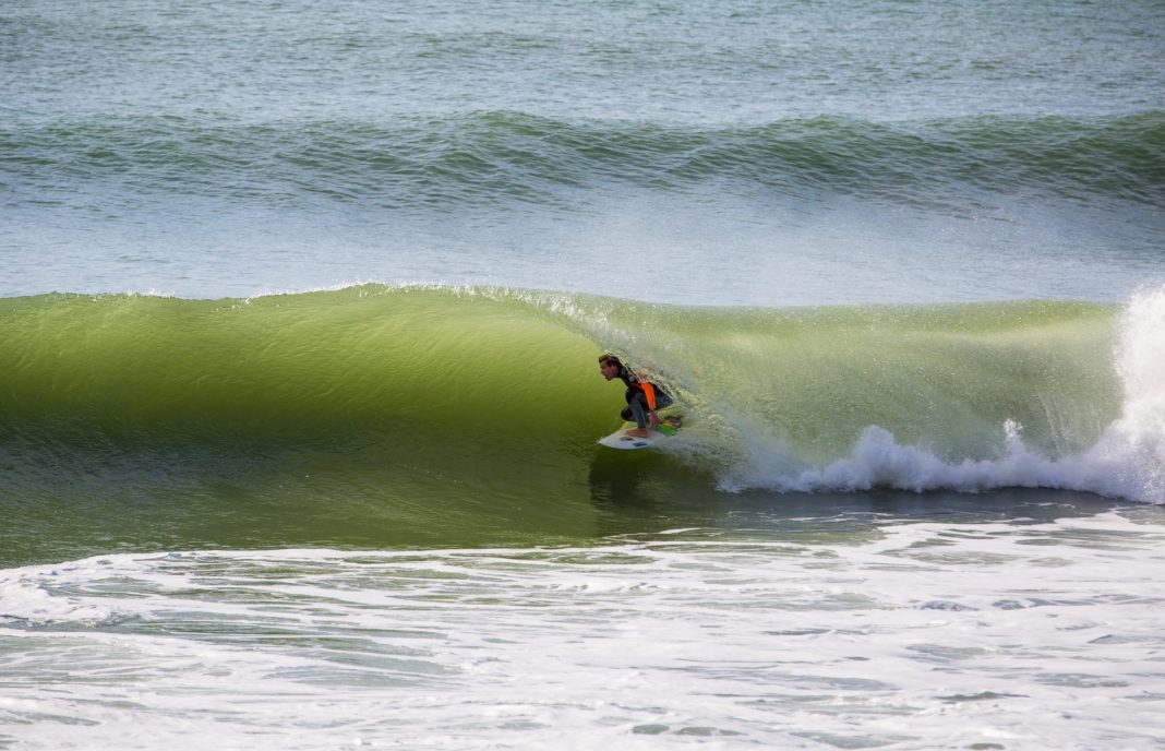 Jakob Lilienweiss surft eine letzte Welle in Coxos bei Ericeira.