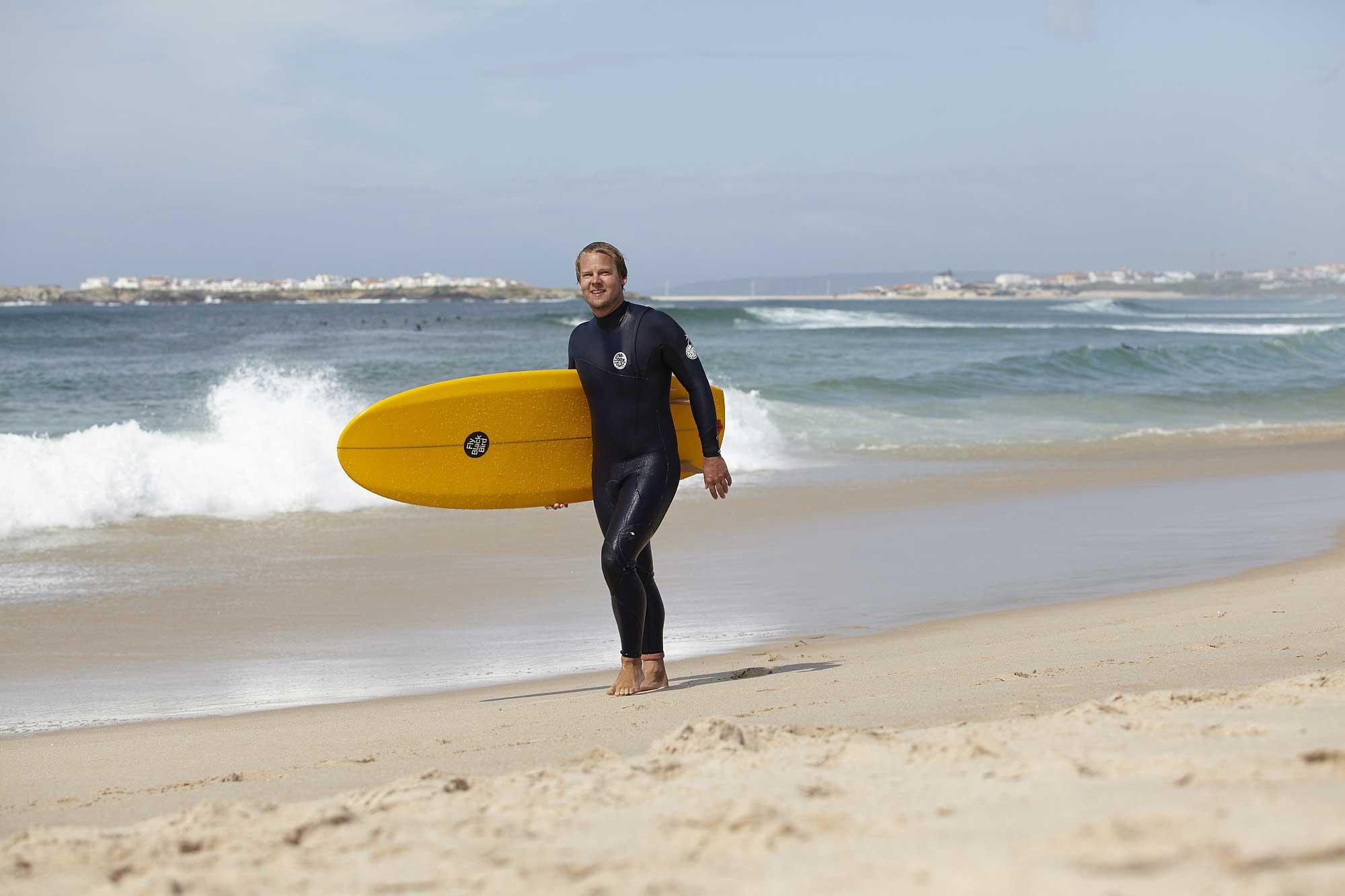 Julian Siewert betreibt den Surfblog Surfnomade und kann sich Arbeit sowie Surfzeit frei einteilen.