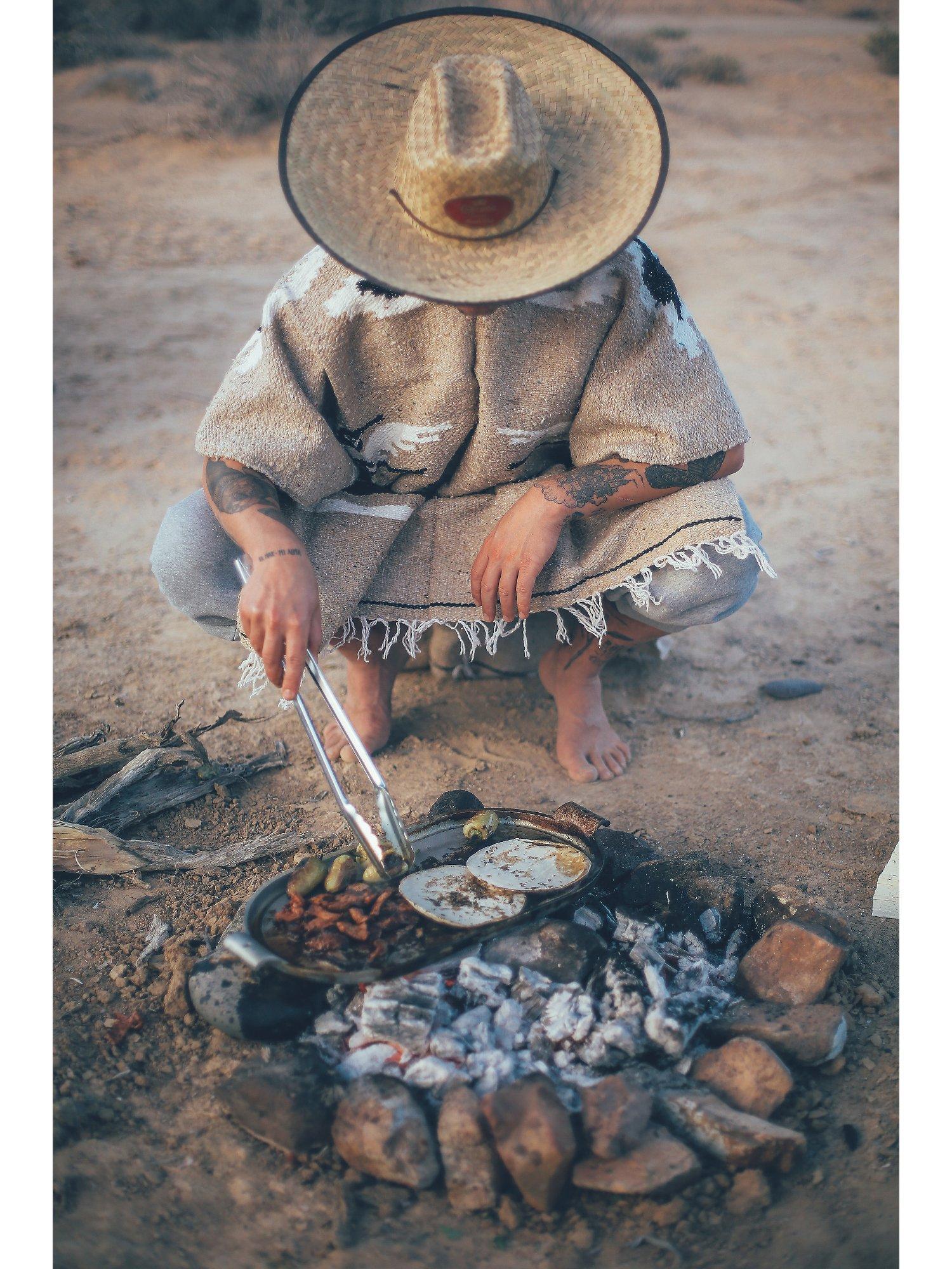 """Über 80 mexikanische Rezepte warten in """"Tacos. Tequila & Tattoos"""" auf euch –ihr müsst sie nur noch an eurer eigenen Feuerstelle nachkochen."""