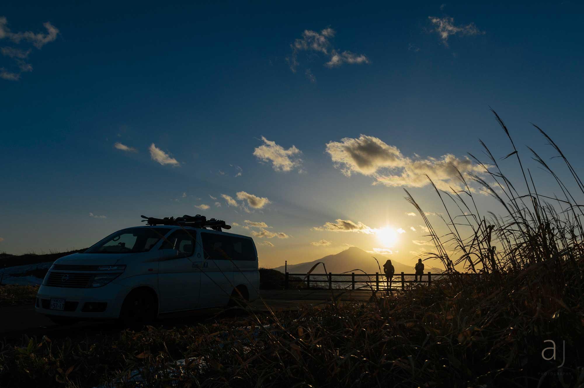 Sonnenaufgang über der kleinen Vulkaninsel Rishiri vor der Küste Hokaidos. Jeden Tag geht die Sonne direkt über dem erloschenen Vulkan auf. Der Welt ist das egal. Für Einheimische und die Handvoll Reisender, die es hierher verschlägt, ist es Magie.