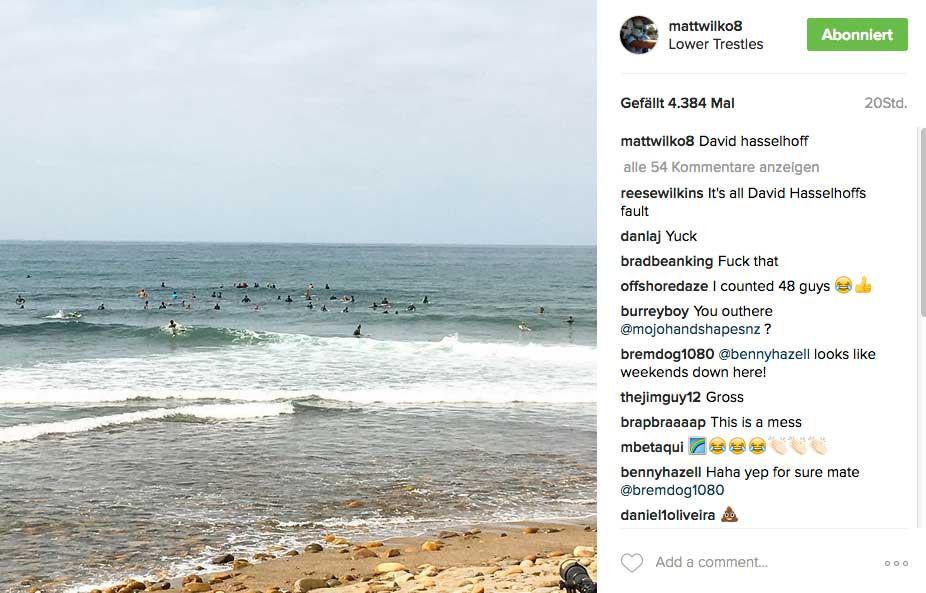 Matt Wilkinsons Foto beweist, dass sich auch die Pros mit schlechten Wellen herumschlagen müssen. Und dazu kommt noch, dass die Zahl der Surfer eindeutig die der Setwellen pro Stunde übersteigt.