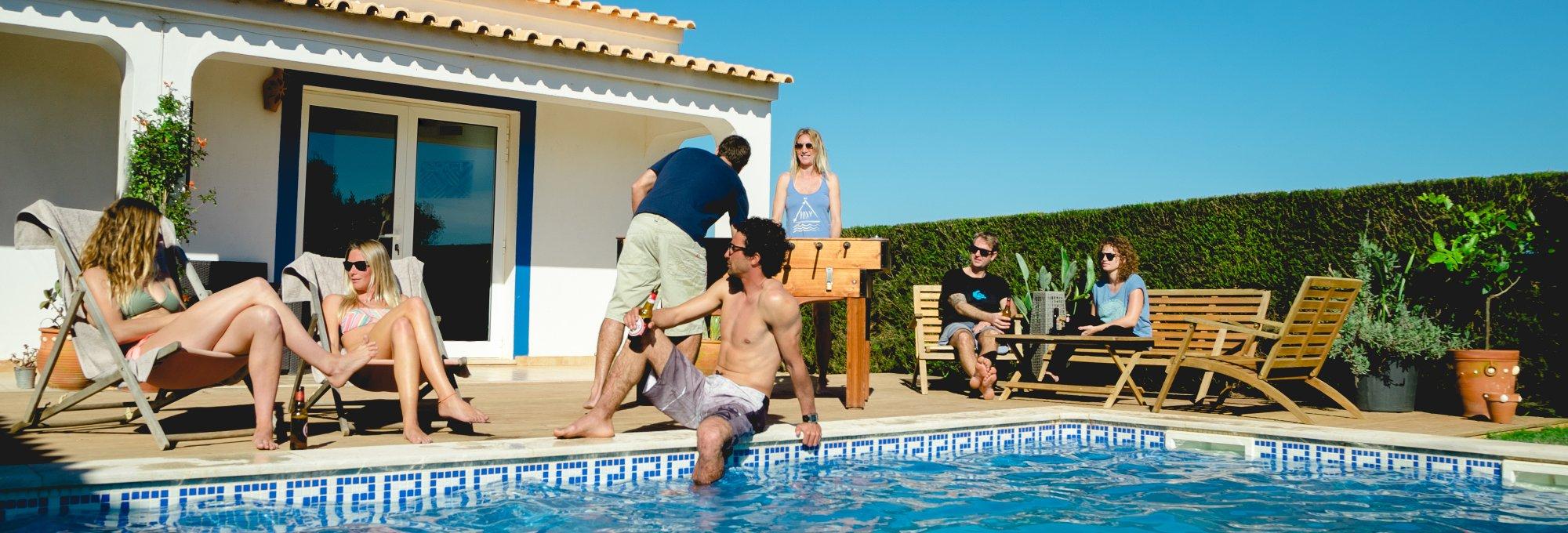 Hier wohnt und feiert ihr: Im Surfcamp Algarve, das nur ein paar wenige Minuten vom Meer entfernt liegt.