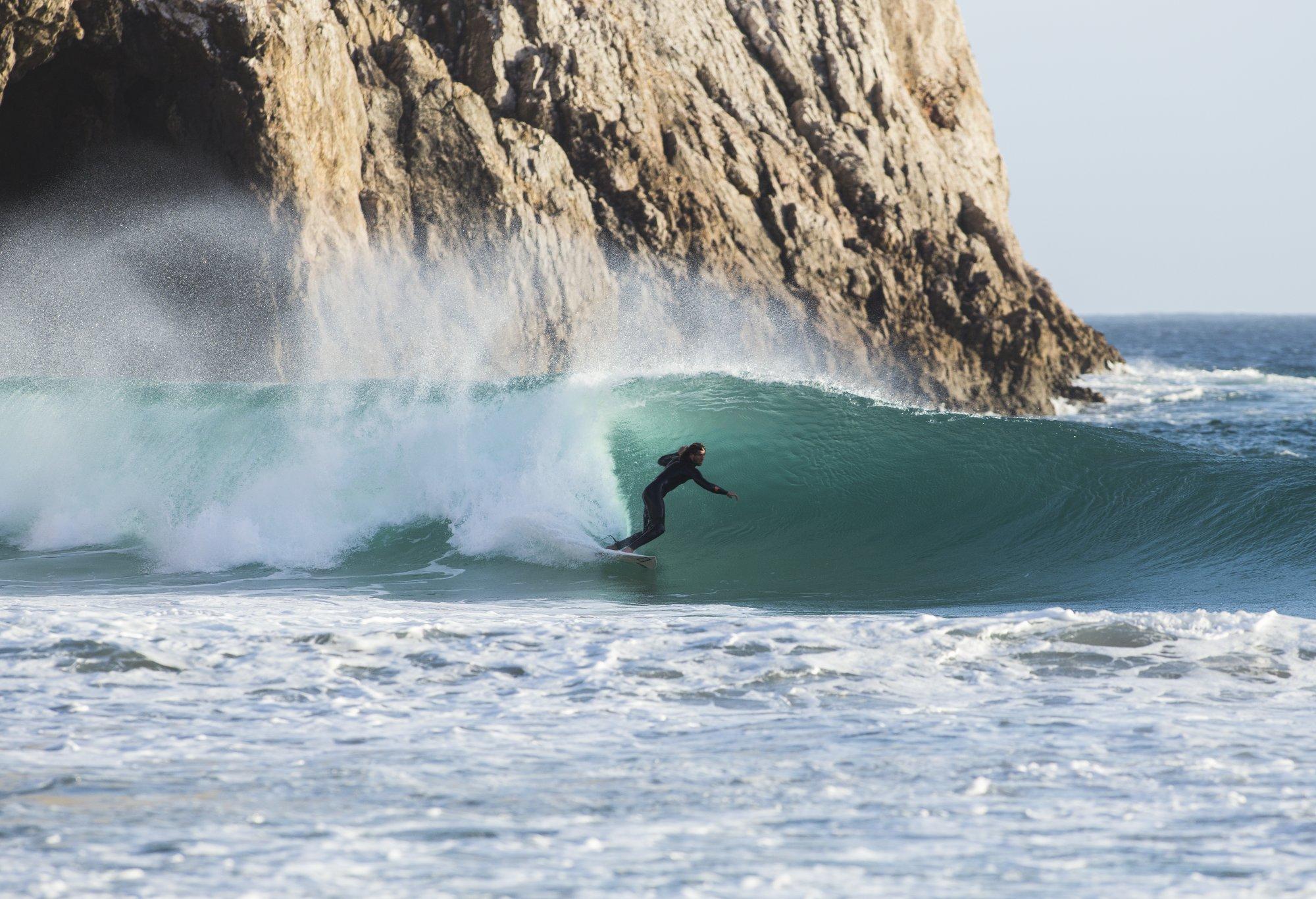 Ihr wollt solche Wellen surfen? Die sind im Oktober Standard in Portugal. Ein guter Grund mehr für das Rocks & Beach Festival!