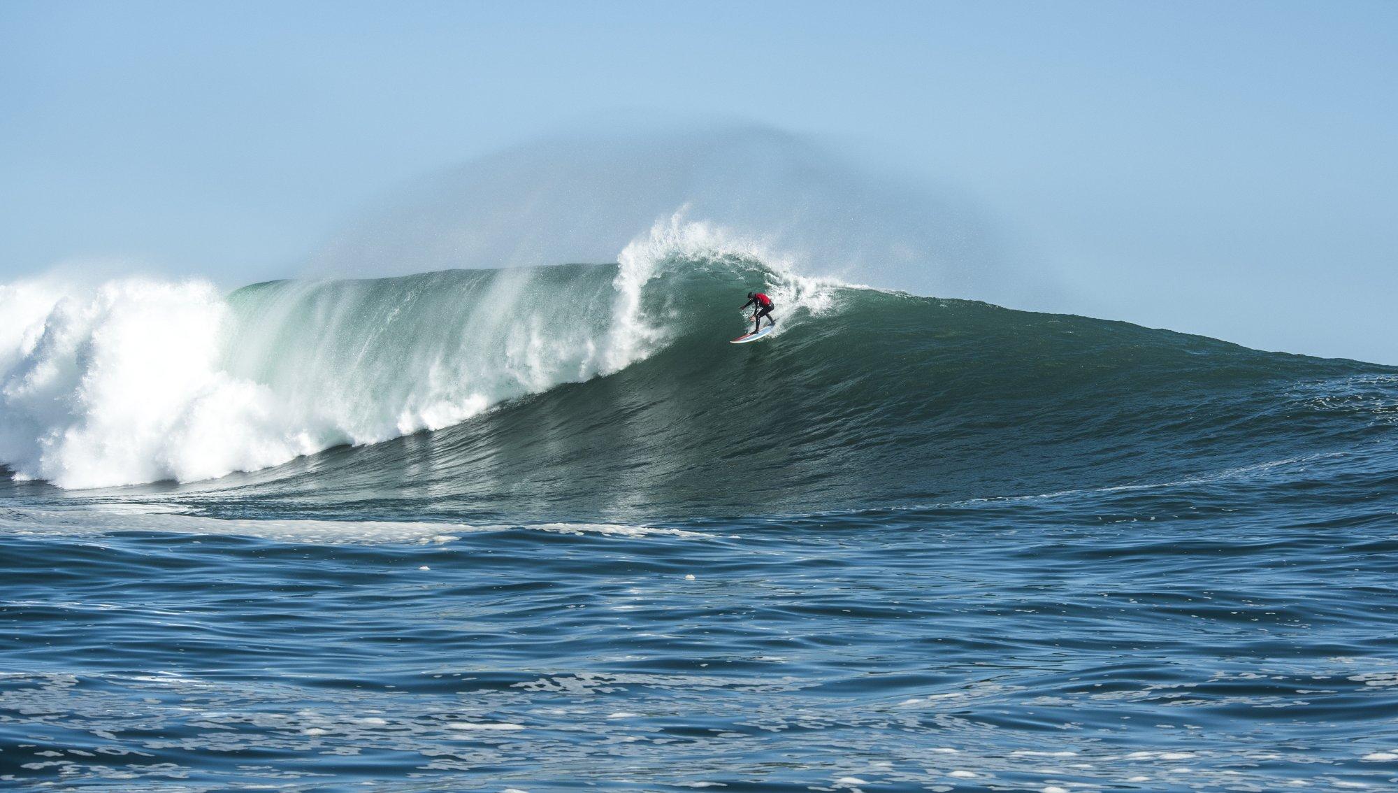 Seth Pieret hat sich von seinem Wipeout wieder vollständig erholt und surft nach wie vor am liebsten XXL-Wellen wie diese irgendwo in Südafrika. Credit: Sean Thompson