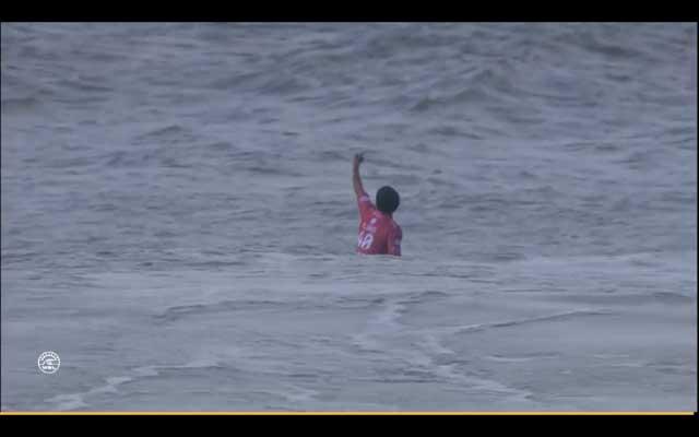 Nicht begeister war Jeremy Flores vom Wellenangebot des Ozeans und zeigt seine Meinung nach dem Aus in Runde 5.