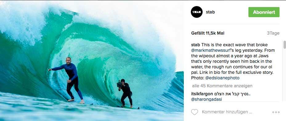 Die erste Welle der Session, bei der alles gut ging. Der Fotograf hinter Mark heißt übrigens Leroy Bellet. Er trägt bei solchen Aktion immer Helm und etliche Protektoren, denn im Gegensatz zum Surfer kommt Leroy quasi nie aus der Tube heraus.