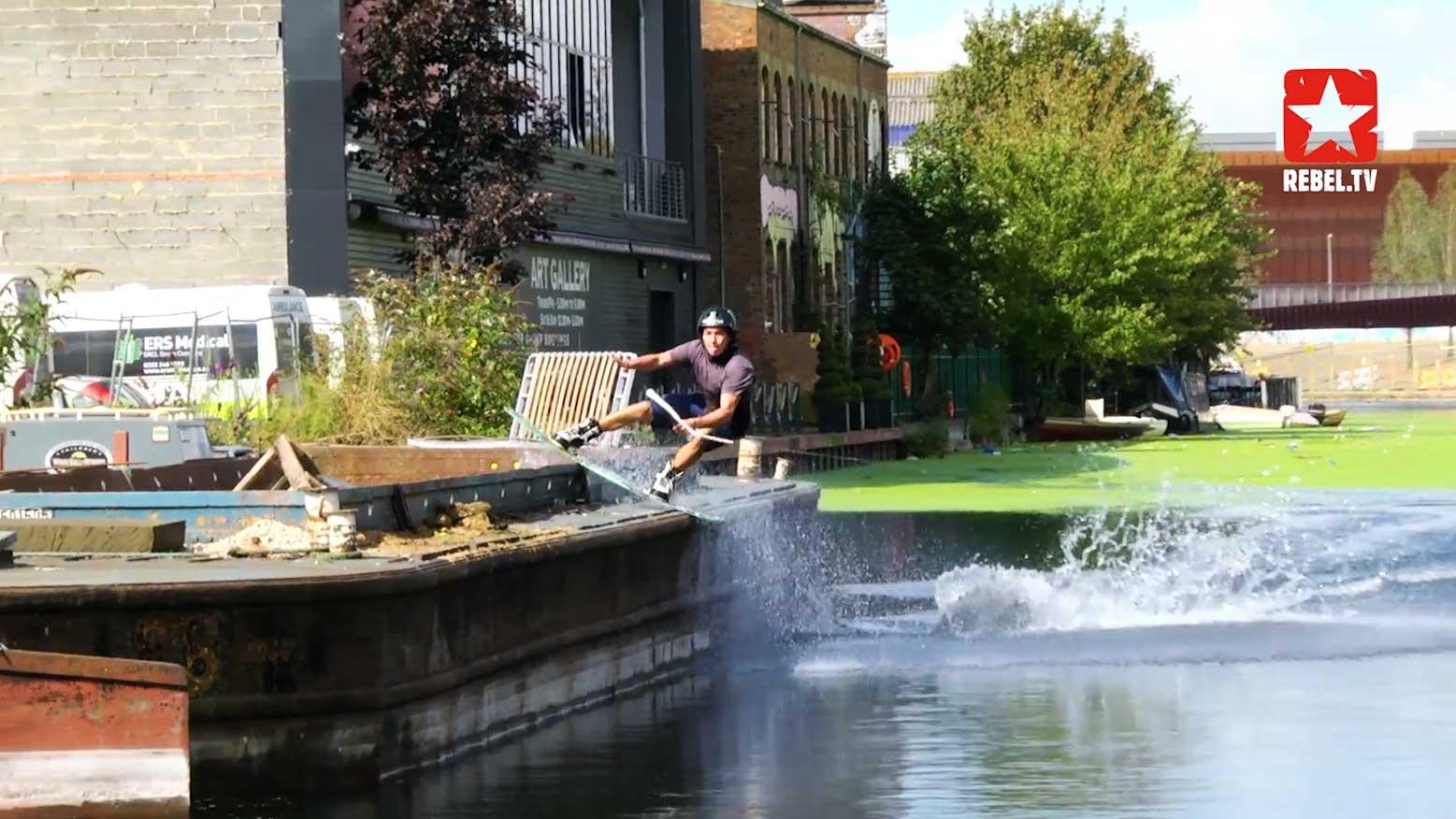 Nico beim Wakeboarden mit Skatestyle.