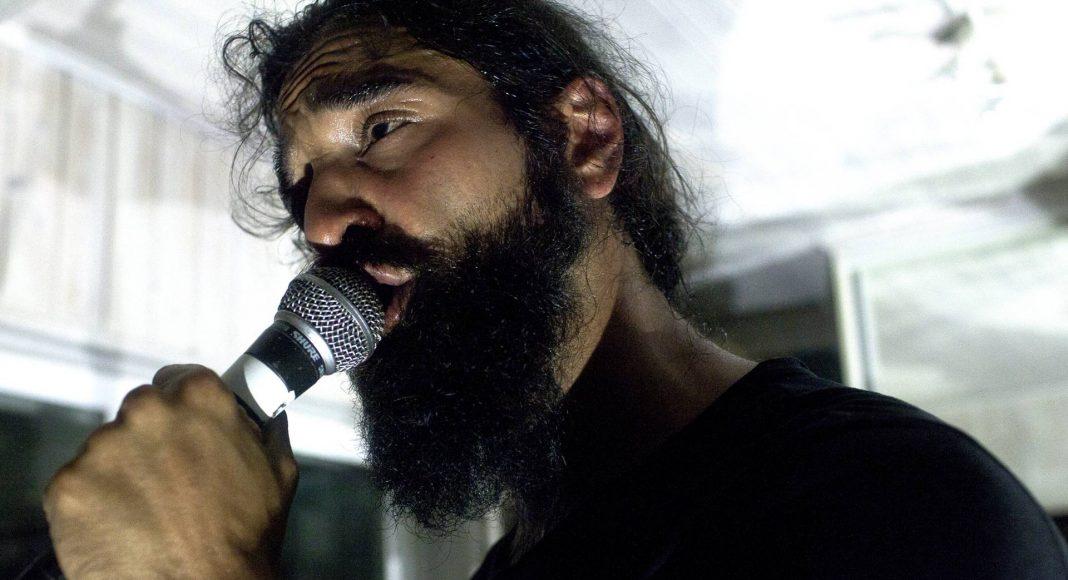 Ein Mann, eine Stimme! Murat gibt alles und begeistert die Leute mit seiner Performance.