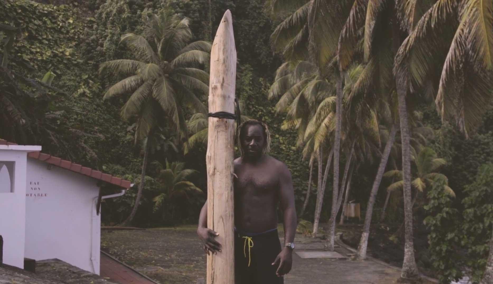 Ja, das ist ein Surfboard oder zumindest eine Art von Surfboard. Im Video ist der Beweis so ab Minute 2.19 zu sehen.